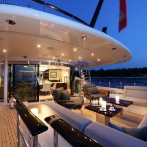 Aujourd'hui on va se plonger dans le monde des riches avec un voilier de luxe.