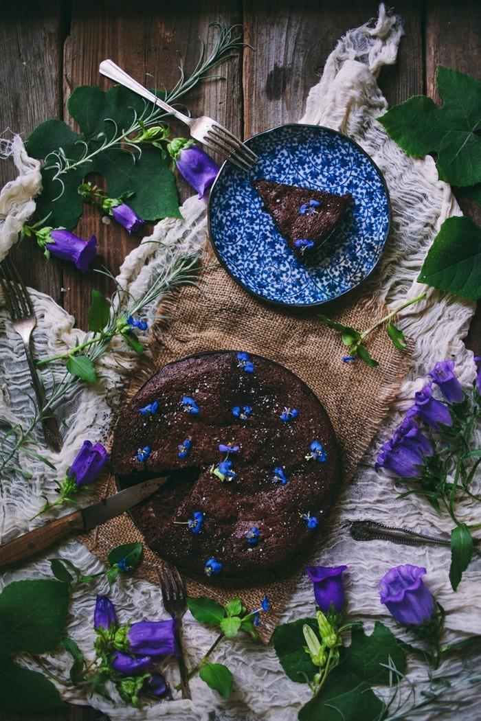 Admirable-idée-originale-gâteau-au-chocolat-moelleux-au-chocolat-violets