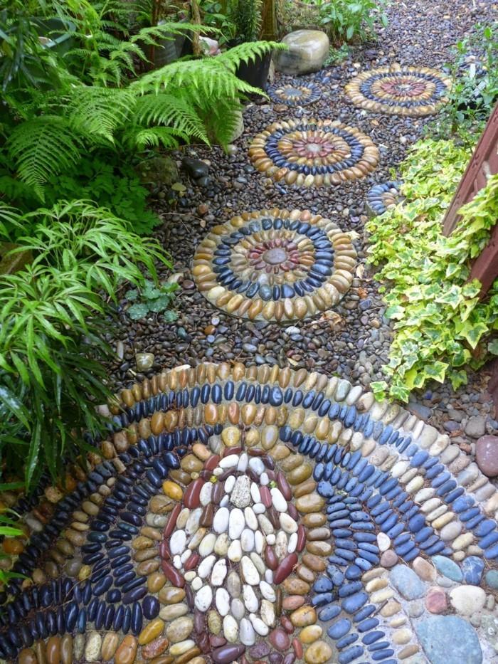 Chemin-décoratif-galets-décoratifs-dans-le-jardin
