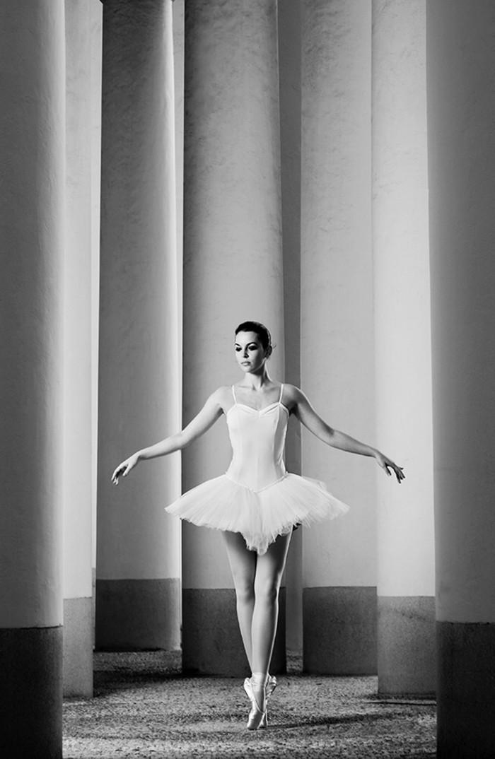 artistique-photo-en-noir-et-blanc-photographie-une-belle-ballerina