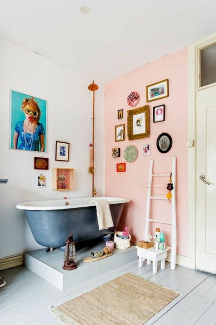 baignoire-ancienne-et-murs-roses-pales-dans-la-salle-de-bain-retro-chic-sol-en-planchers