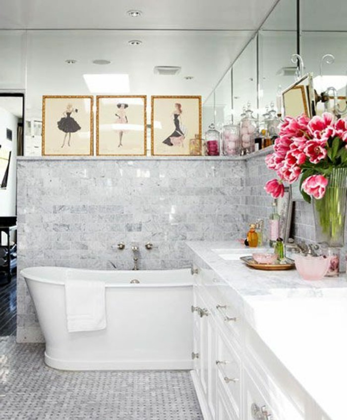 baignoire-fonte-ancienne-meuble-salle-de-bain-retro-sol-en-mosaique-gris-salle-de-bain-gris-blanc