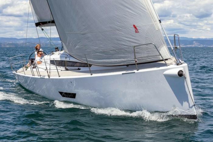 bateau-yot-de-luxe-yot-luxe-yaute-bateau-bateau-yot-de-luxe-nager-dans-le-mer