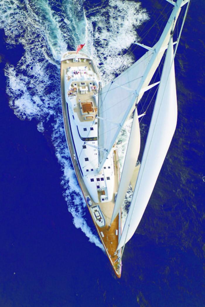 bateau-yot-le-ponant-voilier-yot-bateau-de-luxe-floter-dans-le-mer-bleu