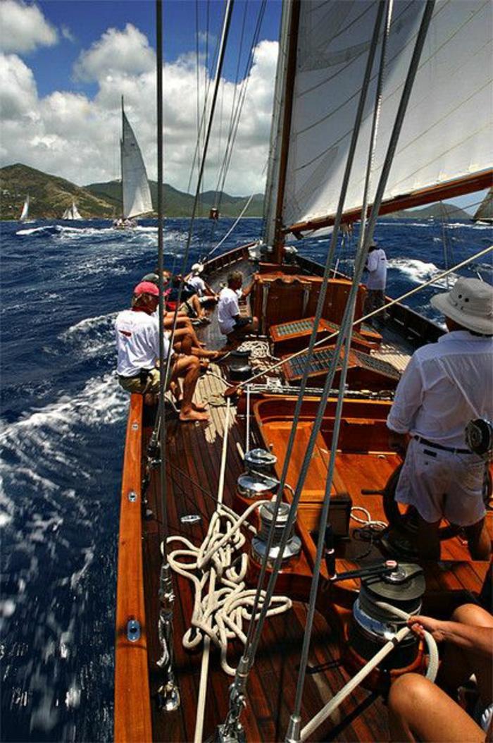 bateau-yot-le-ponant-voilier-yot-de-luxe-moderne-exterieur-moderne-voilier-blanc