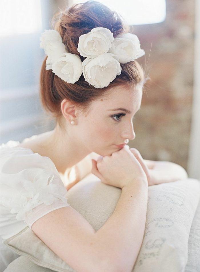 belle-coiffure-mariage-moderne-chignon-bas-mariage-roses-couronne