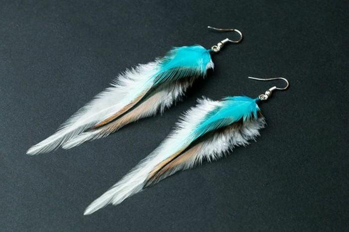 boucle-d-oreille-pendante-plume-de-paon-blanc-bleu-clair-joli-accessoire-pour-les-femmes