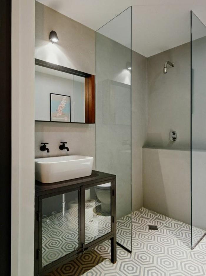 cabine-de-douche-integrale-en-verre-sol-en-mosaique-murs-beiges-plafond-lanc