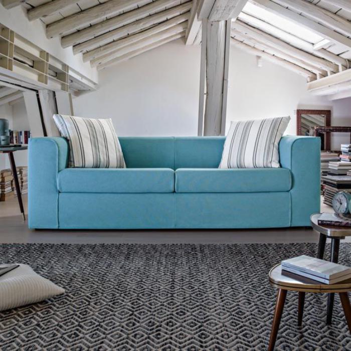 canapé-poltronesofa-bleu-confortable-poutres-apparentes-blanches