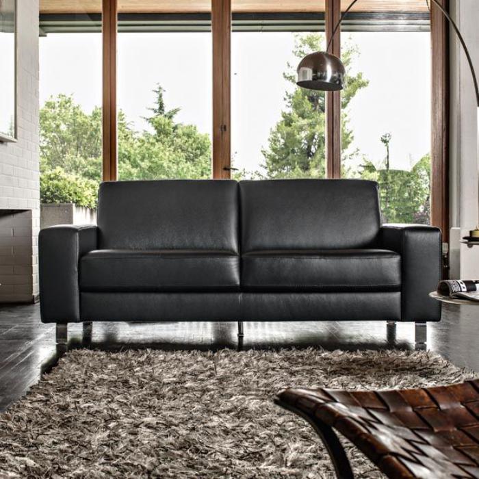 canapé-poltronesofa-tapis-moelleux-carré-et-grand-lampadaire-arc
