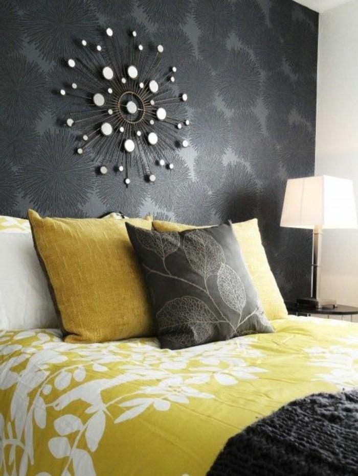 chambre-a-coucher-avec-mur-gris-foncé-lit-chic-dans-la-chambre-a-coucher