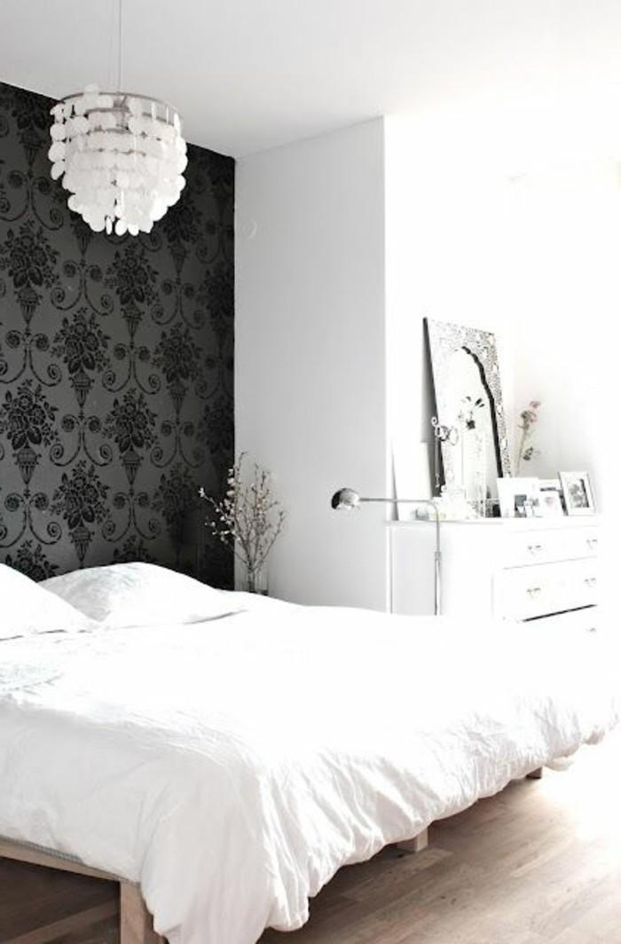 chambre-a-coucher-avec-papier-peint-noir-deco-originale-sol-en-parquet-clair