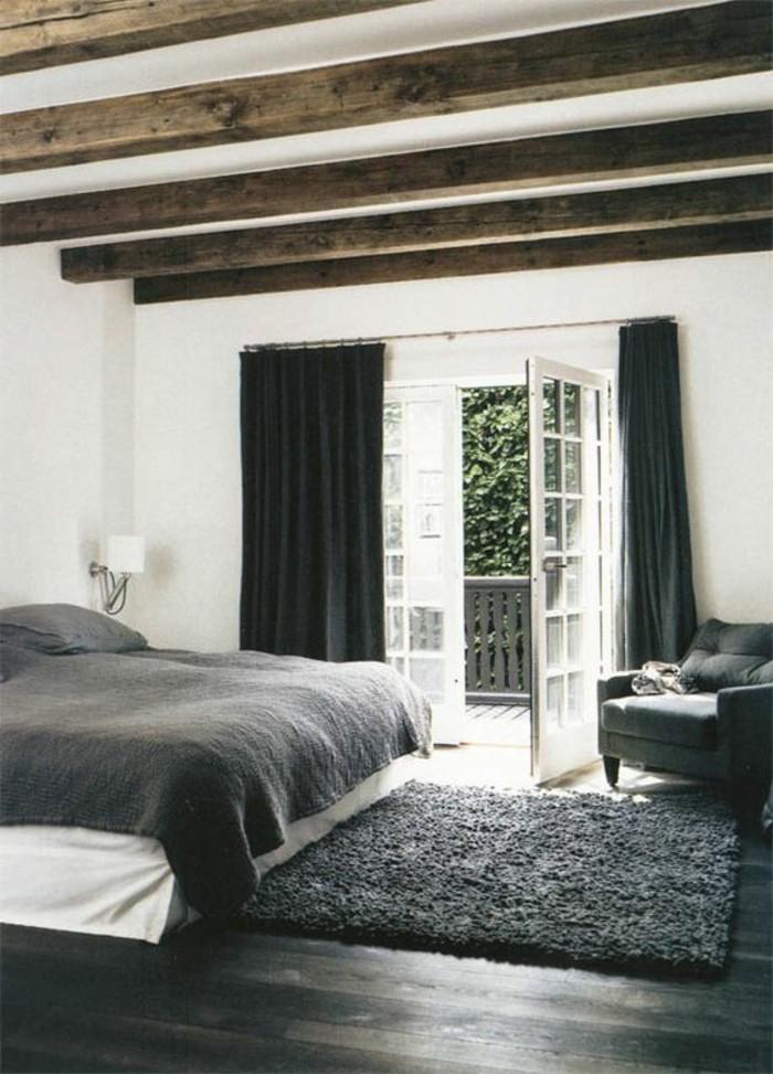 chambre-a-coucher-blanc-gris-plafond-sous-combles-en-bois-murs-blancs