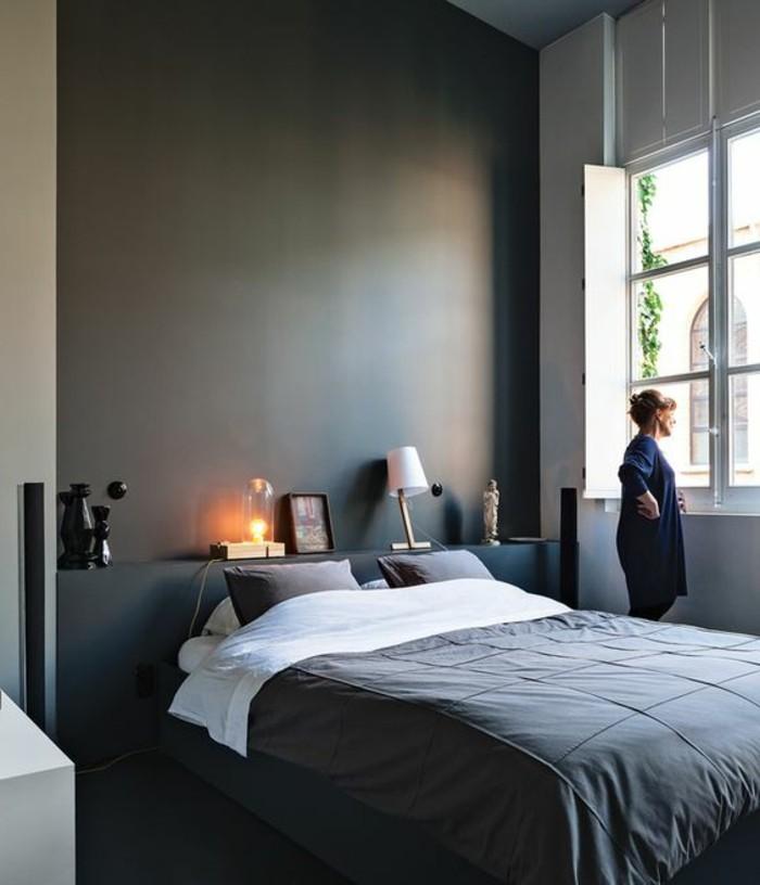 chambre-a-coucher-chambre-parentale-couverture-de-lit-noir-coussins-bancs
