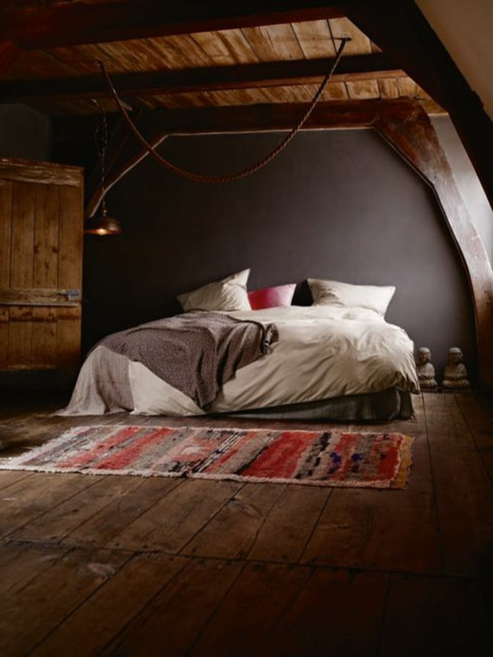 chambre-a-coucher-de-style-rustique-tapis-coloré-murs-foncés-tapis-rustique