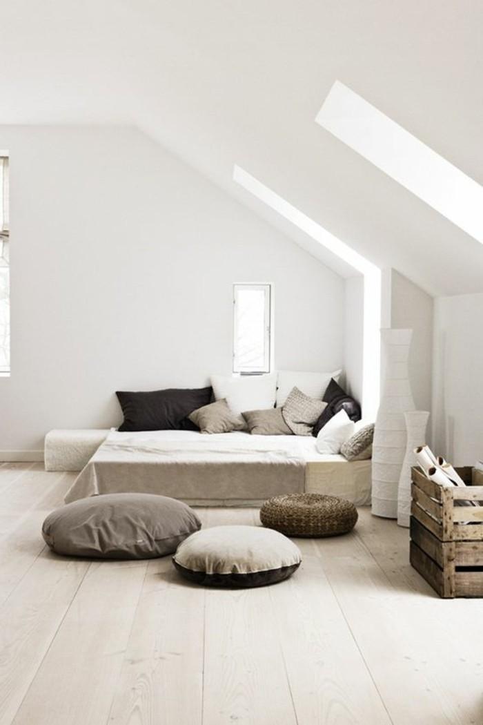 chambre-a-coucher-meubles-beiges-couleur-grège-mur-sous-pente-blancs