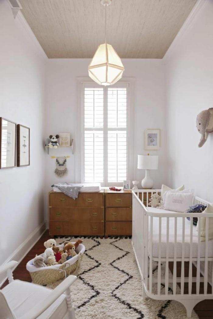 chambre-bebe-blanche-chambre-bébé-mixte-lit-bebe-blanc-en-bois-tapis-beige