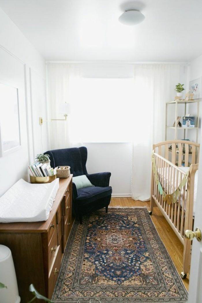 chambre-bebe-complete-pas-cher-deco-chambre-garçon-lit-bebe-en-bois-clair-tapis-coloré