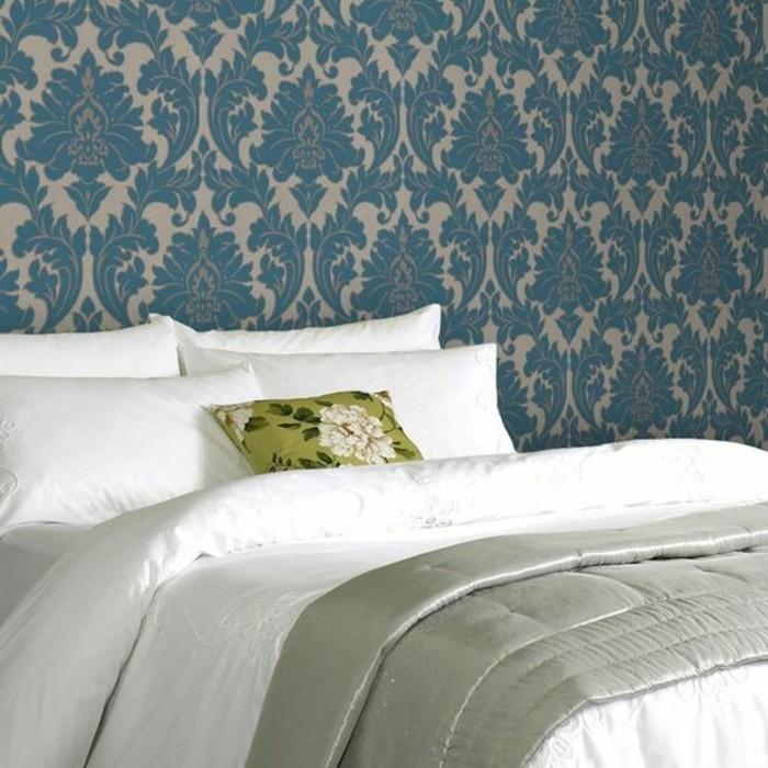 chantemur-papier-peint-colore-bleu-foncé-pour-les-murs-dans-la-chambe-a-coucher-linge-de-lit-blanche
