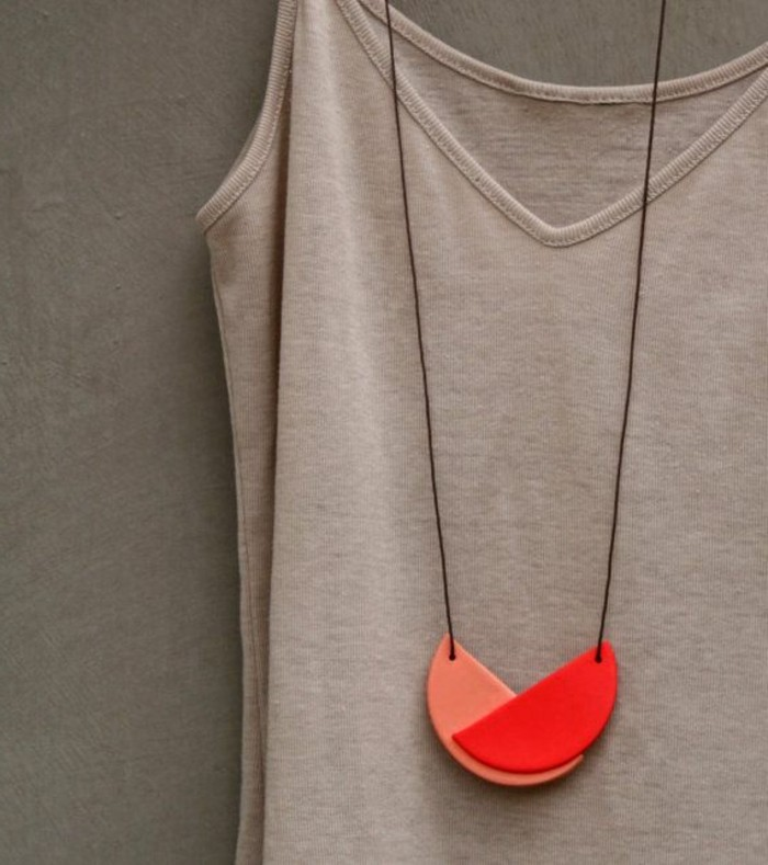 collier-a-fait-soi-meme-bijou-artisanal-creer-ses-bijoux-modernes-presentoir-bijou