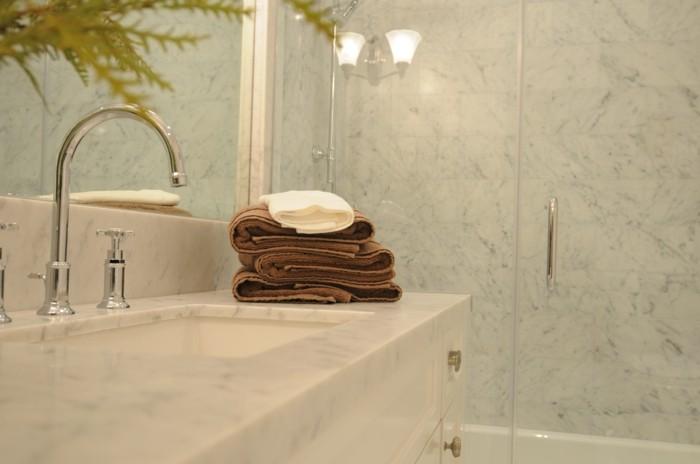 comment-bien-amenager-la-meilleure-salle-de-bain-marbre-carrelage-effet-marbre
