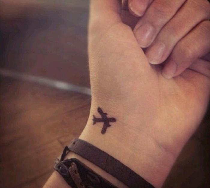 cool-tatouage-femme-poignet-tatouage-bracelet-poignet-originale-idée-avion