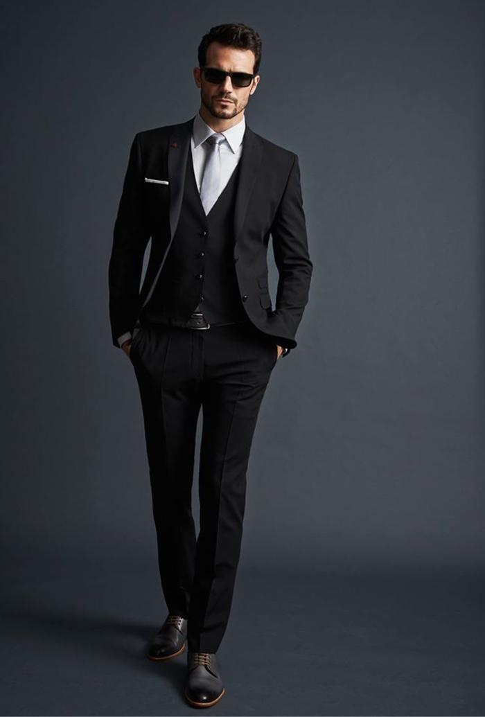 La Maison Dior vous invite à découvrir en ligne toute la collection Dior Homme, à voir les derniers défilés, les nouvelles créations en prêt-à-porter, souliers homme, maroquinerie. Entrez dans l'univers Dior Homme! Fermer le bandeau d'informations.