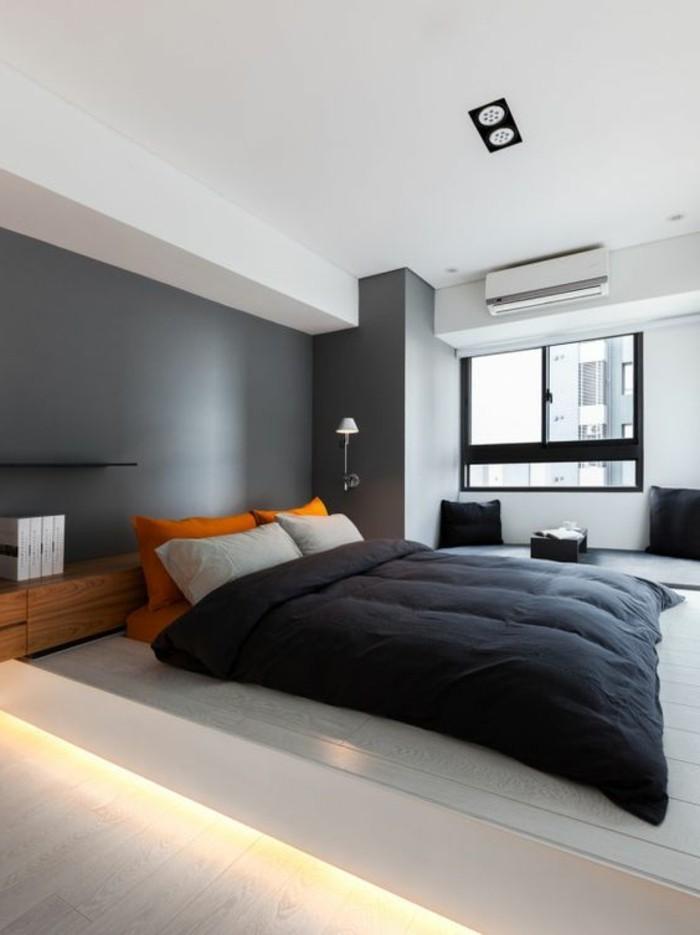 couleur-grège-couverture-de-lit-noire-sol-en-planchers-fenetre-grande-plafond-blanc