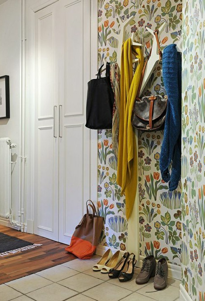 couloir-chic-avec-mur-en-papiers-peints-design-guild-carrelage-beige-dans-le-couloir