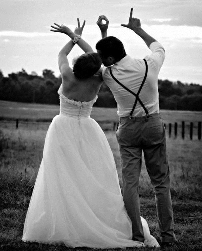 couple-photo-originale-mariage-idées-déco-mariage-en-noir-et-blanc