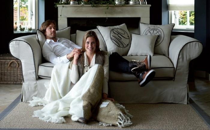 couple-sur-chouette-canapé-lin-canapé-sofa-salle-de-séjour-bien-décoré