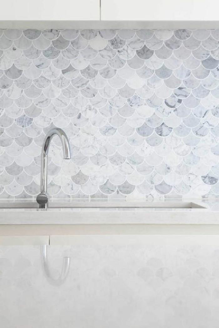 cuisine-chic-en-marbre-blanc-gris-cuisine-marbre-blanche-carrelage-effet-marbre