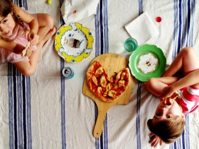 délicieuse-pizza-meilleur-pizza-paris-taverne-pizzeria-enfants-mangant