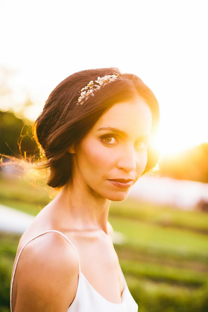 delicate-chignon-haut-mariage-coiffure-de-mariage-idée-coiffure-soleil