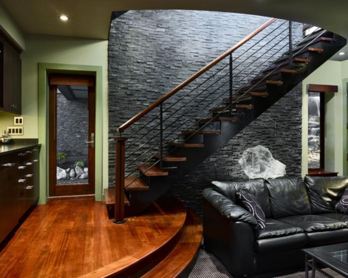 escalier-suspendu-bois-et-fer-mur-en-ardoises