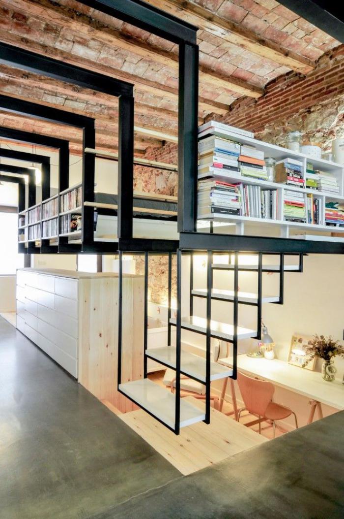 escalier-suspendu-design-dans-un-loft-industriel-déco-fer-et-poutres-apparentes