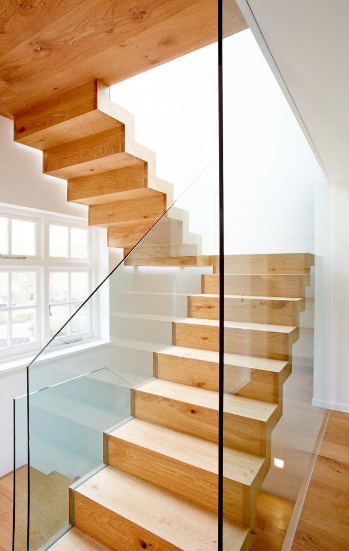 escalier-suspendu-design-en-bois-clair-et-rambarde-verre