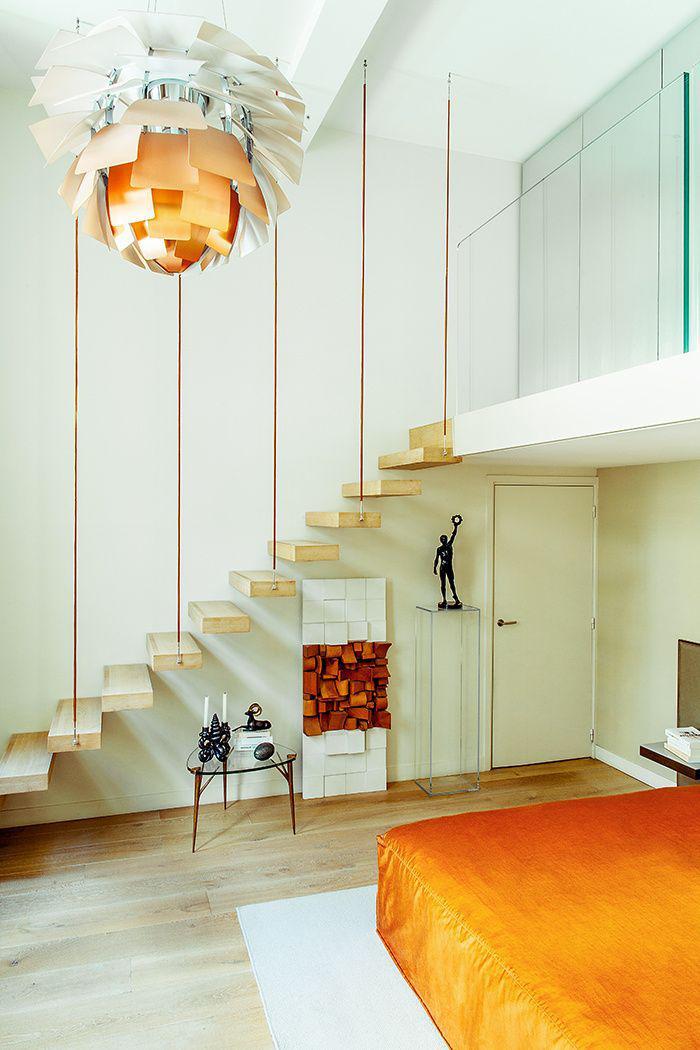 escalier-suspendu-intérieur-contemporain-design-blanc-plafonnier-impressionnant
