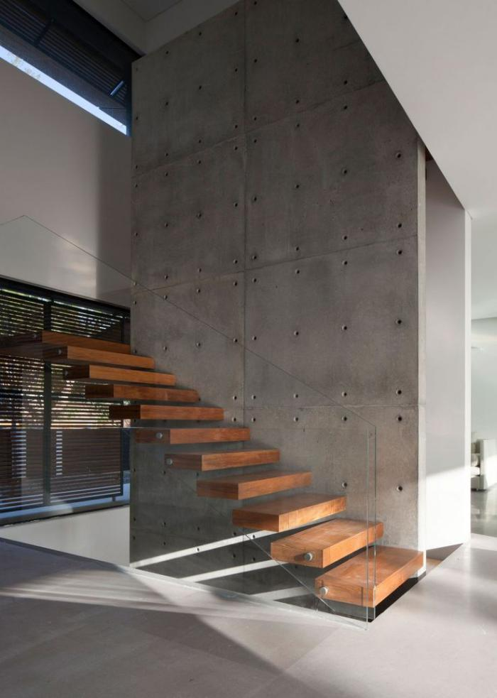 escalier-suspendu-rambarde-en-verre-et-mur-béton