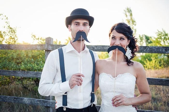 faire-part-mariage-original-avec-photo-mariage-originale-mustaches-couple-cool