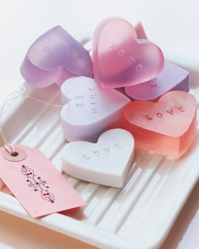 faire savon maison facile diy cadeau savons en forme coeur idée originale saint valentin