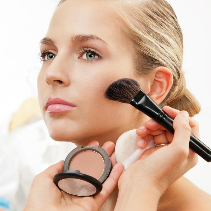font-de-teint-poudre-appliquer-le-maquillage-correctement