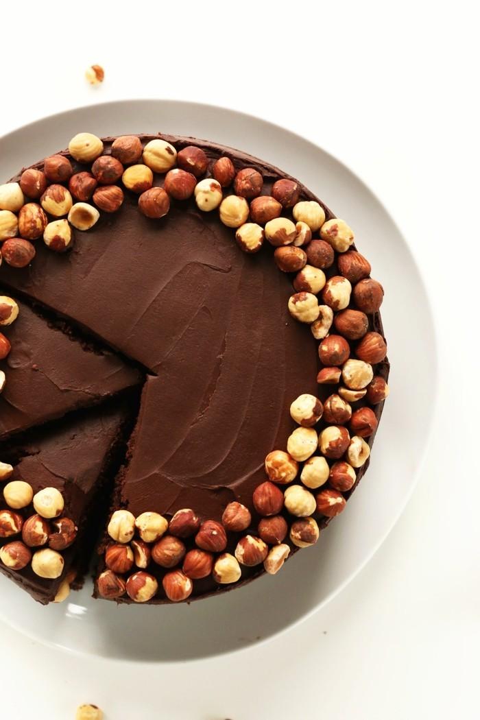 formidable-gâteau-moelleux-au-chocolat-gâteau-d-anniversaire-au-chocolat-au-noisietes