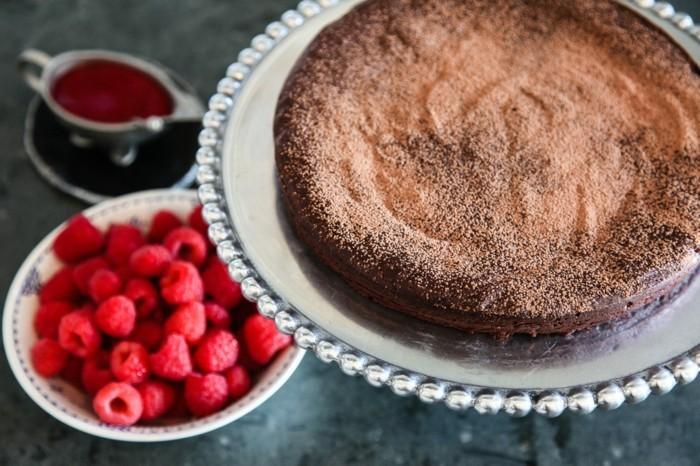 formidable-gâteau-moelleux-au-chocolat-gâteau-d-anniversaire-au-chocolat-framboises
