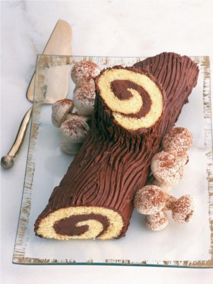 gâteau-roulé-buche-de-noel-décoré-de-champignons