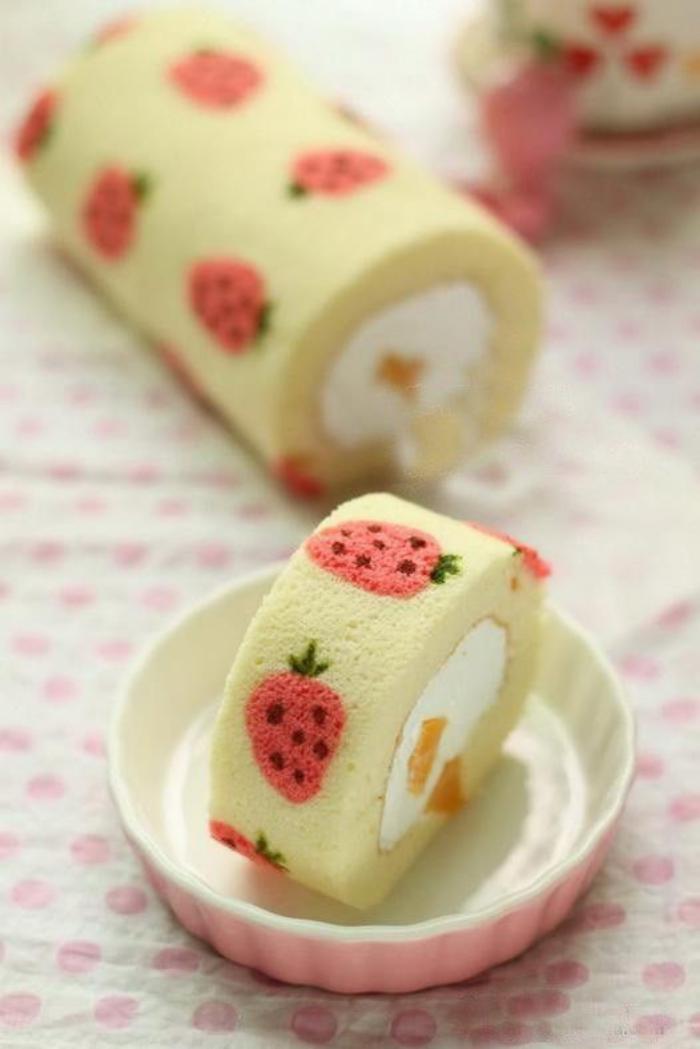 gâteau-roulé-genoise-fantastique-roulé-imprimé-de-fraises