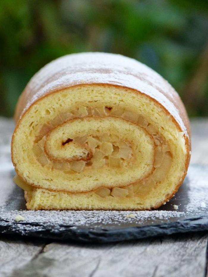 gâteau-roulé-genoise-simple-avec-des-fruits