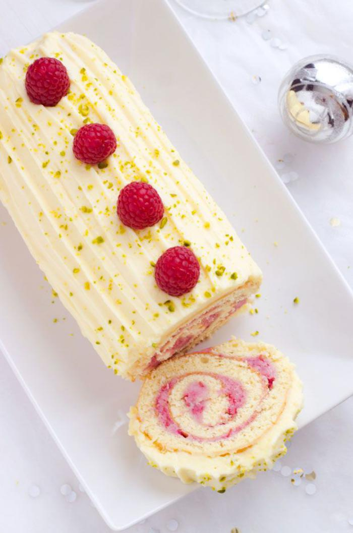 gâteau-roulé-glaçage-blanc-et-crème-rose-déco-framboises