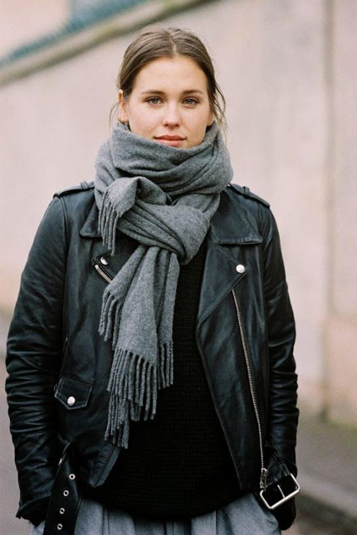 grosse-écharpe-foulard-femme-gris-veste-en-cuir