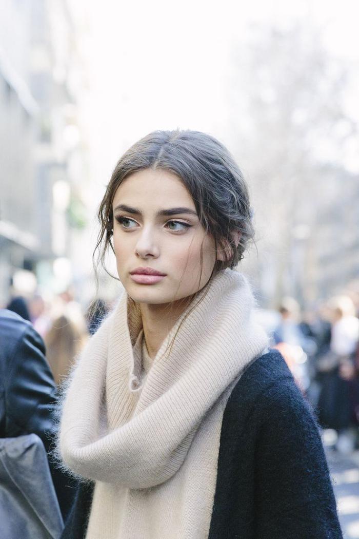 grosse-écharpe-en-laine-moelleuse-portée-par-un-modèle